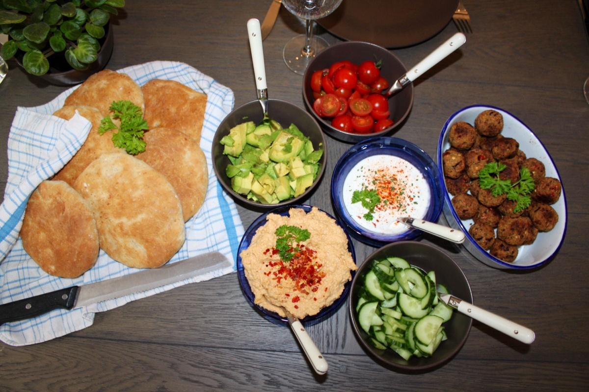 Falafel i hjemmelaget pitabrød med friske grønnsaker, hummus og hvitløksdressing