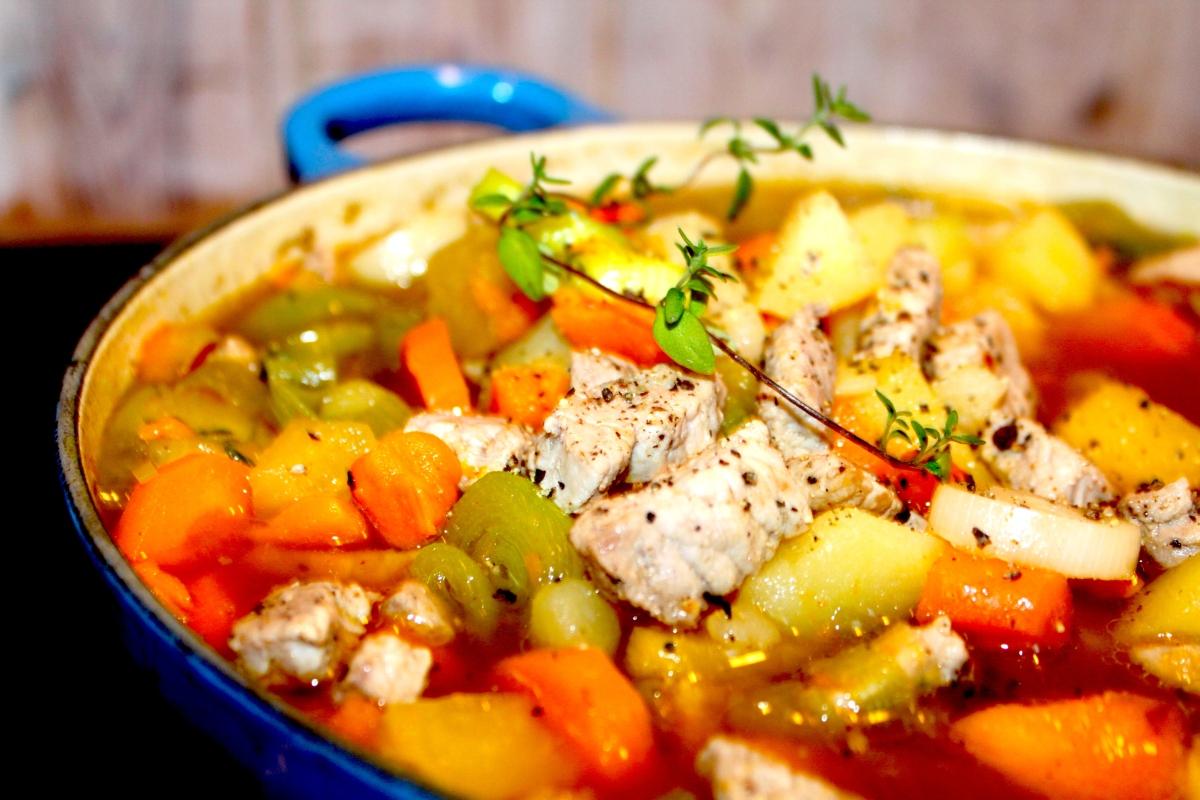 Grønnsakssuppe med strimlet svinekjøtt, rotgrønnsaker og timian