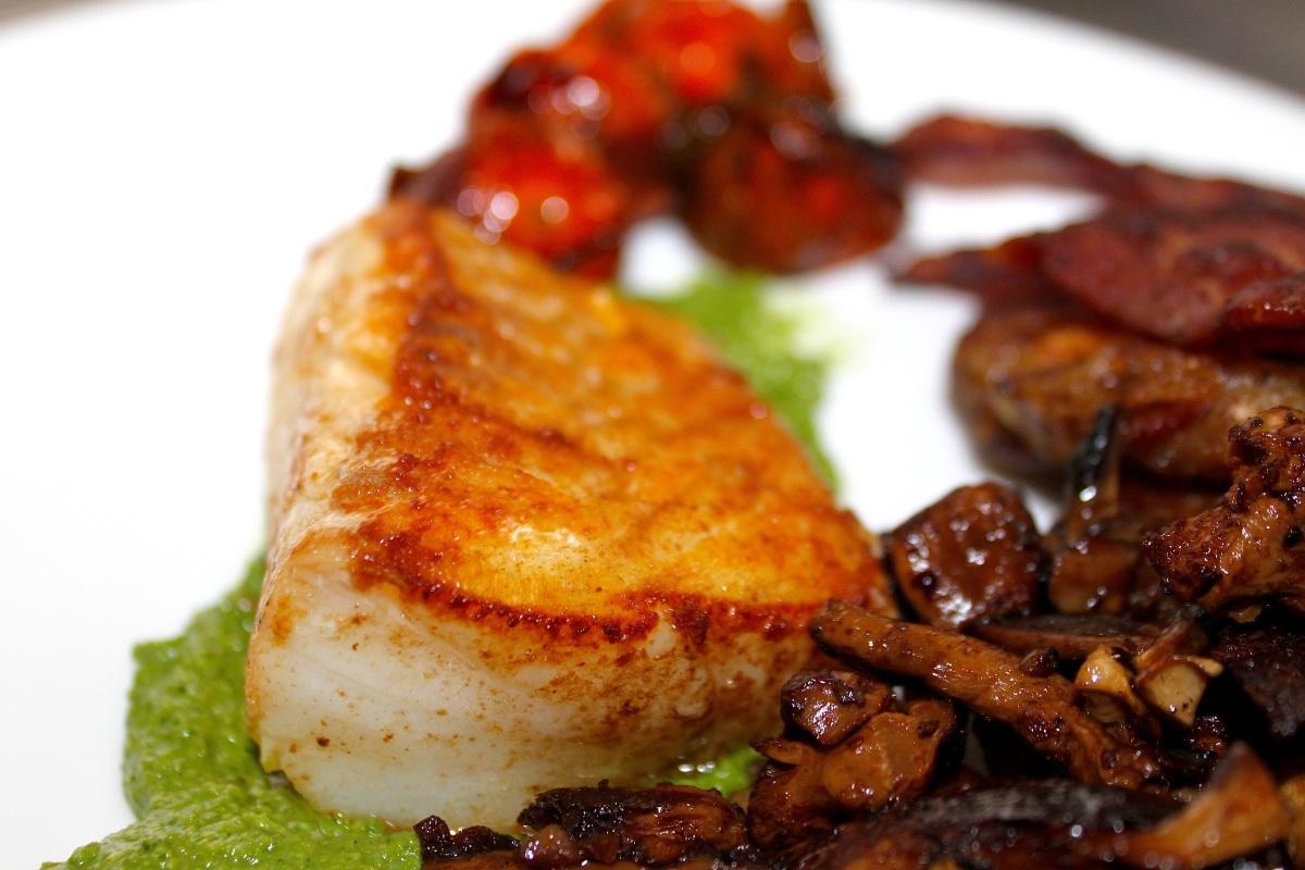 Stekt torskeloin med pesto, bacon, stekt sopp og balsamicobakte cherrytomater