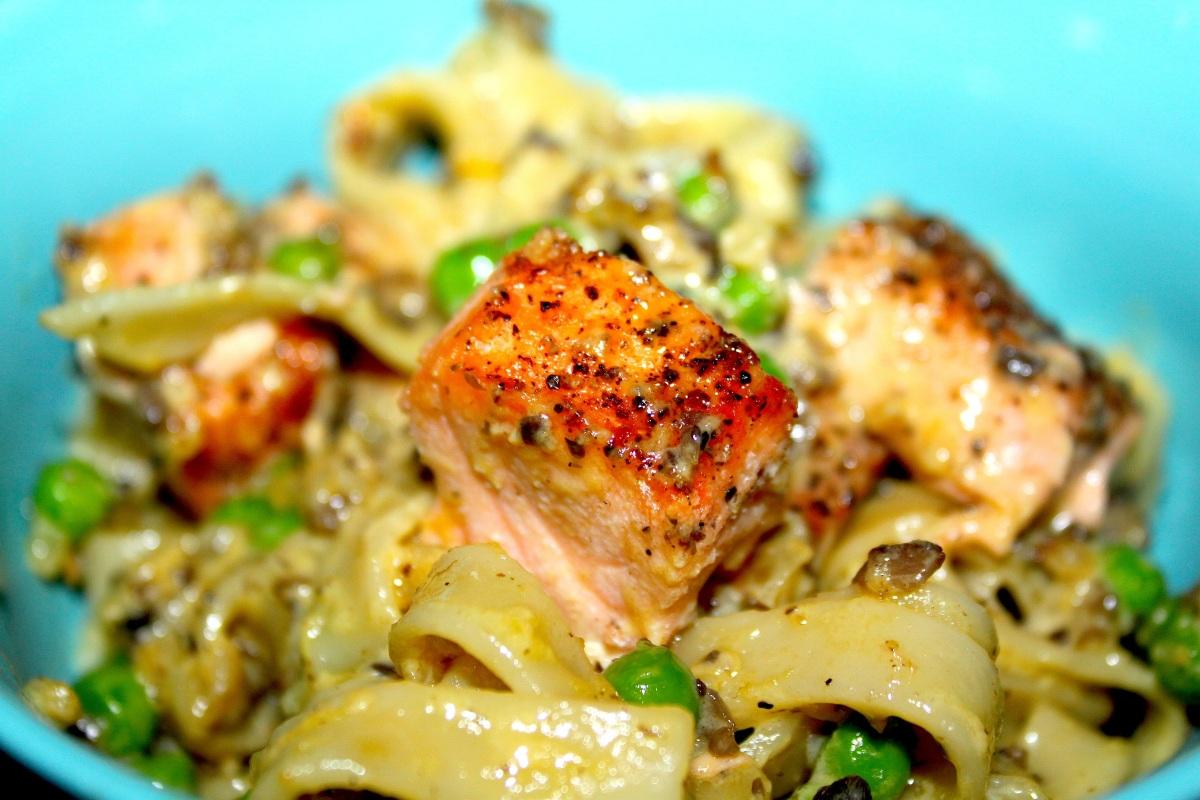 Kremet pasta med laks og grønne erter