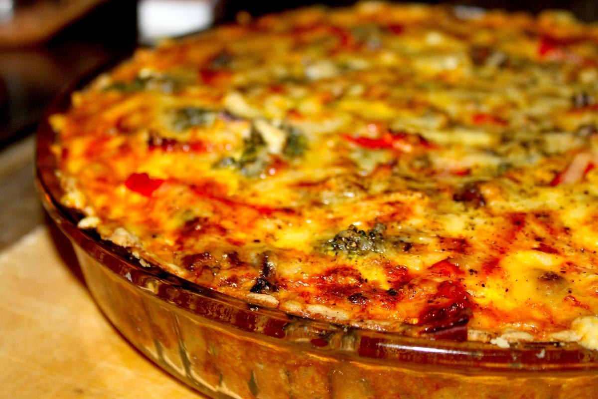 Deilig pai med brokkoli, champignon og paprika