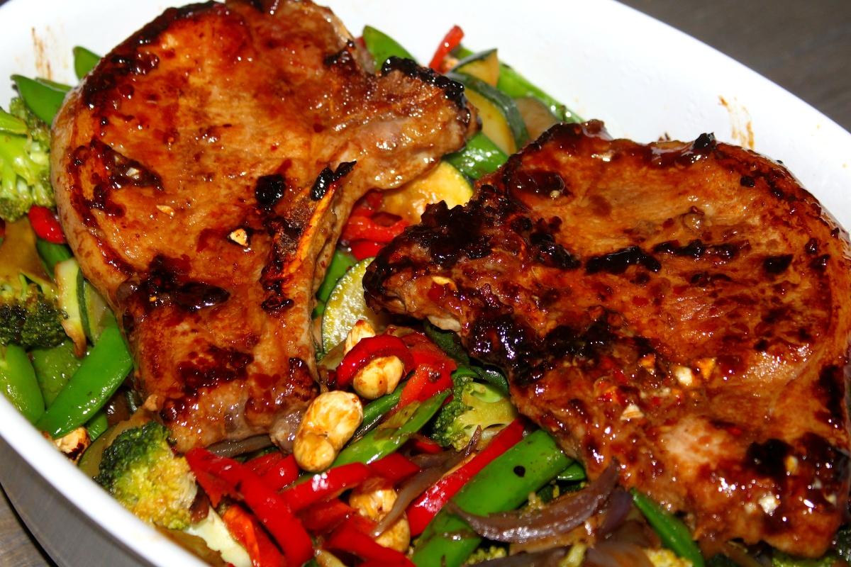Hvitløk- og chili-marinerte koteletter med stekte grønnsaker og quinoa